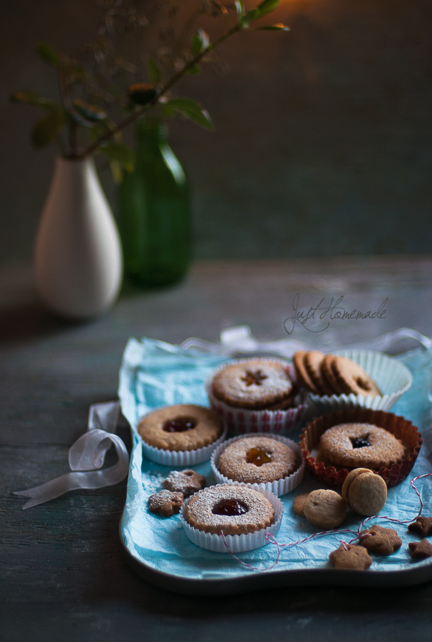 linzer cookies tray and vase